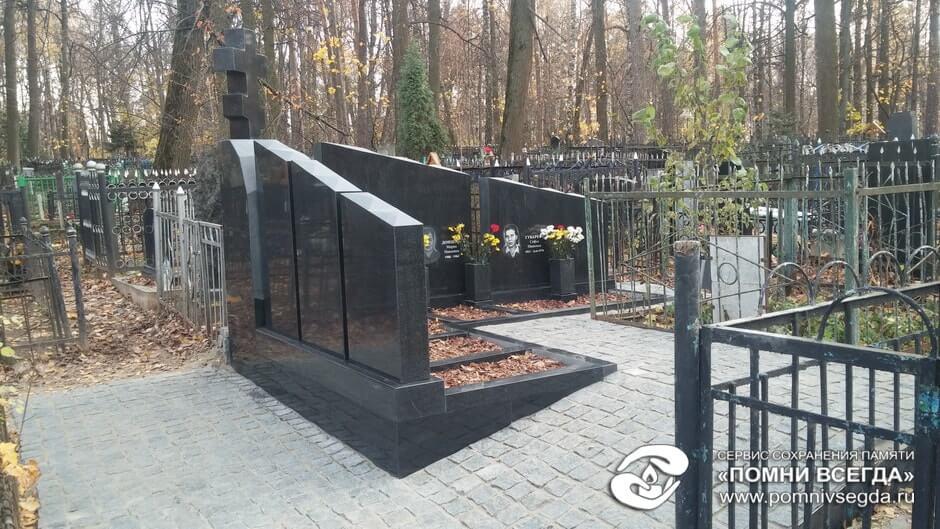 Мемориальный комплекс из малинового кварцита и гранитов Нижний Тагил